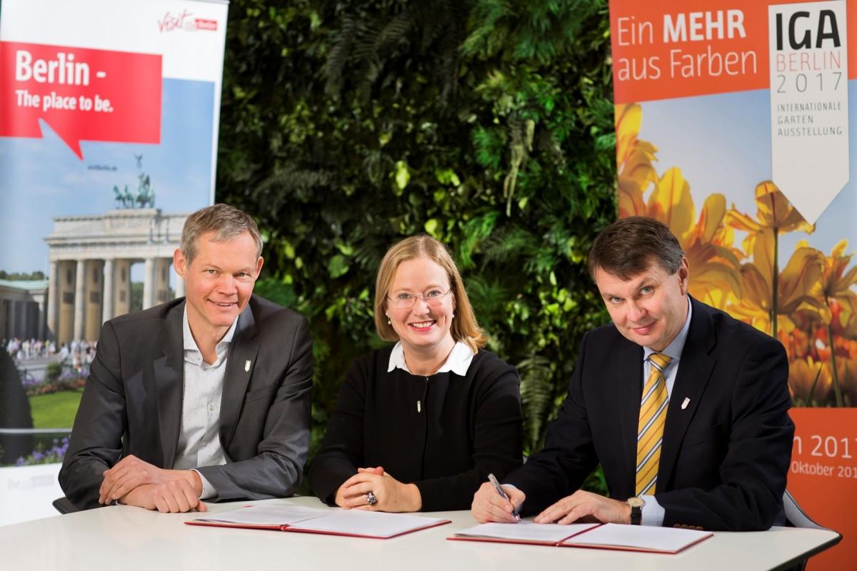 visitBerlin wirbt für die IGA – Vertragsunterzeichnung: Christoph Schmidt, Katharina Langsch, Burkhard Kieker (v.l.) Foto: Dirk Mathesius