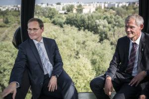 Der Regierende Bürgermeister von Berlin testet die neue Seilbahn der IGA 2017 in Berlin-Marzahn Fotos: Dominik Butzmann